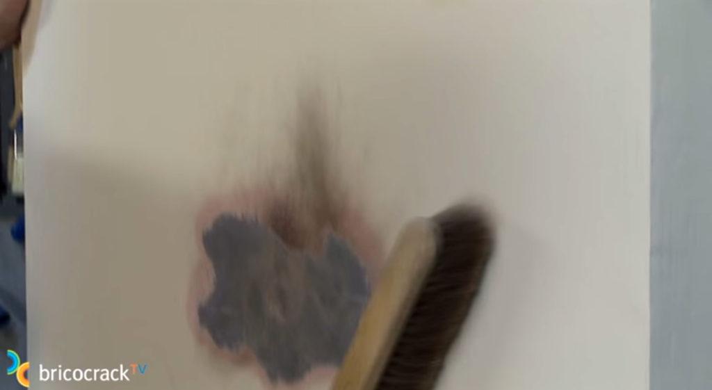 Tapar-manchas-y-pintar-amb-húmedos_2_BricocrackTV-1024x561