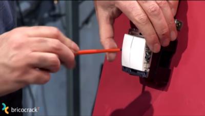 Instalar un interruptor doble _ fijar interruptor en caja