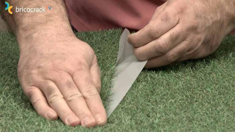 Cómo pegar el césped artificial en suelos y paredes - Bricocrack