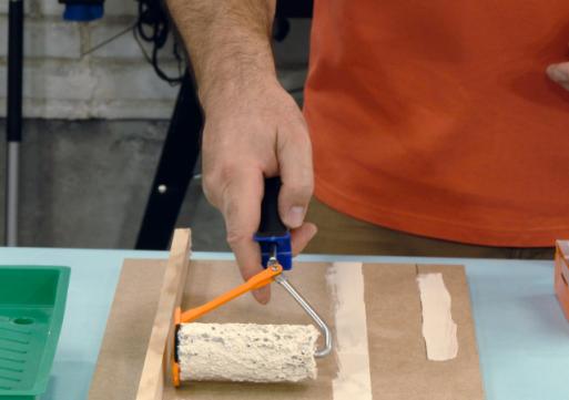 Utilizar rodillos y brochas de recorte para pintar paredes