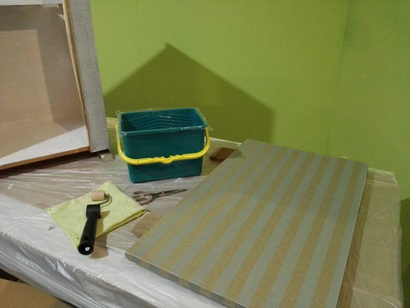 papel pintado sobre formica _ aplicar adhesivo
