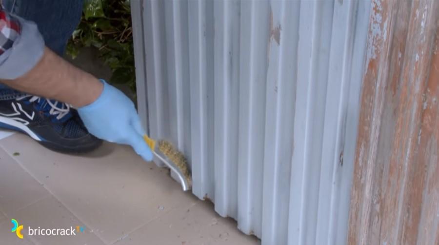 pintar puerta jardín _ usar cepillo metálico