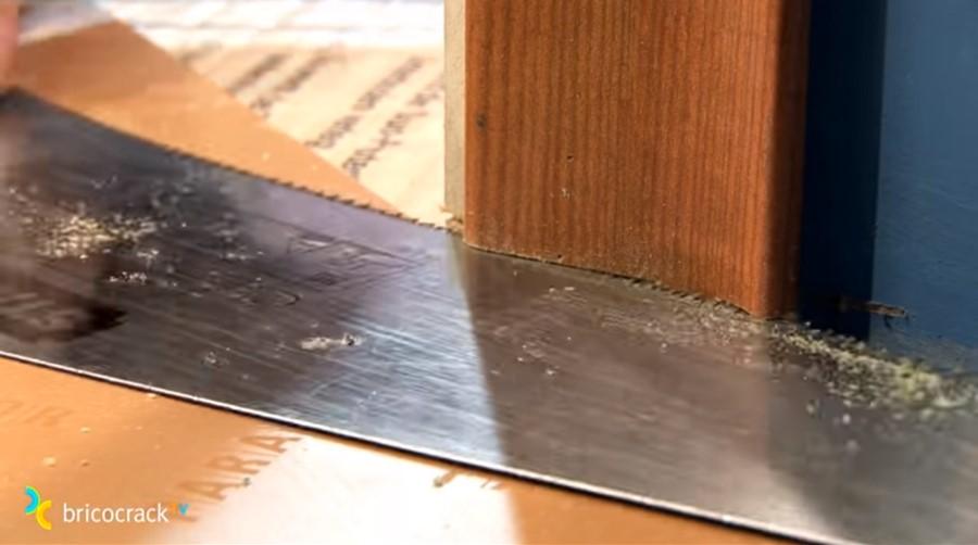 instalar suelo laminado _ recortar cerco puertas